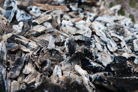 glut: Asche und Glut des Lagerfeuer nach der Grillkoch