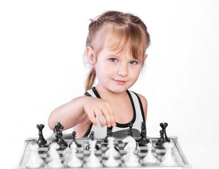 jugando ajedrez: chica inteligente jugando al ajedrez