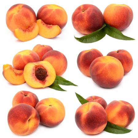 Perziken op een witte achtergrond Stockfoto