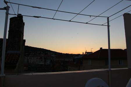屋根の上の日没 写真素材