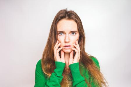 傷跡が残る女性のタッチの顔。スキンケア