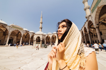 voyage: A young Muslim woman in a scarf goes to the mosque, Istanbul. Summer vacation, travel. Hispanic girl, Iranian, Syrian woman Banque d'images