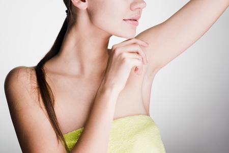 jong meisje na douche, demonstreert oksel zonder haar
