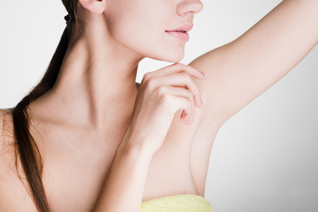 Jong meisje na het douchen, het aantonen van haar oksels zonder haar Stockfoto - 93361387