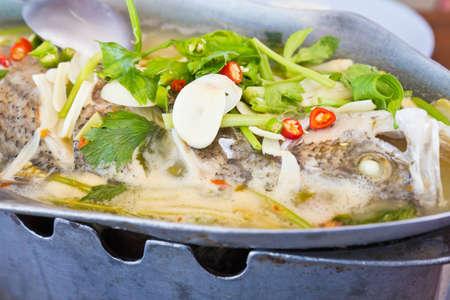 plato de pescado: Pargo al vapor de lim�n en una olla caliente. Foto de archivo