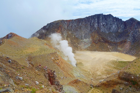 Active volcano Mount Egon with a caldera and sulfuric gasses coming from within the volcano on East Nusa Tenggara, Flores, Indonesia, near to Maumere 版權商用圖片 - 124631394