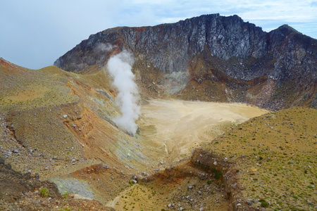 Active volcano Mount Egon with a caldera and sulfuric gasses coming from within the volcano on East Nusa Tenggara, Flores, Indonesia, near to Maumere 版權商用圖片 - 124631395