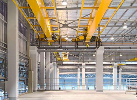 hijsen: Fabriek overhead kraan installatie op het spoor, kan beweging om overal in de fabriek gebied.