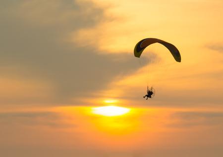parapente: Silueta de parapente con puesta de sol Foto de archivo