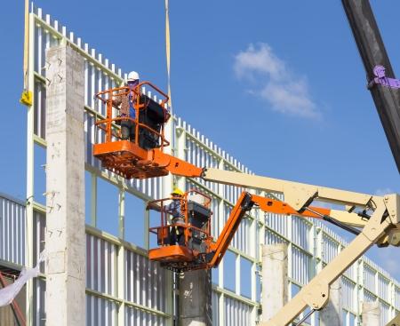 andamios: Erección trabajo revestimiento de la pared de la fábrica.