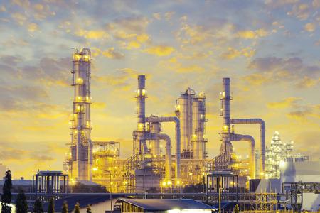 distillation: Tanque de destilaci�n de la planta de refiner�a de petr�leo, el tiempo crepuscular