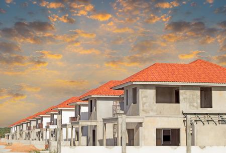住宅建設の上空の背景を持つ。