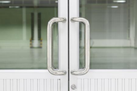 Manija de la puerta de acero inoxidable.