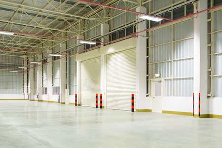 Shutter porte à l'intérieur d'usine, de nuit
