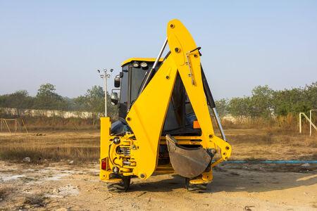 maquinaria pesada: patios de máquinas en el campo, máquina multiusos para el trabajo del suelo