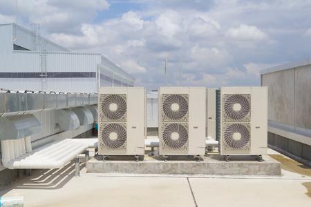 compresor: Instalaci�n del compresor de aire en el pedestal con fondo de cielo azul Foto de archivo