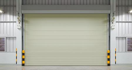 uvnitř: Shutter dveře nebo rolovací vrata, noční scéna.