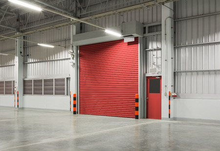 Sluiter deur of roldeur rode kleur, nachtopname. Stockfoto