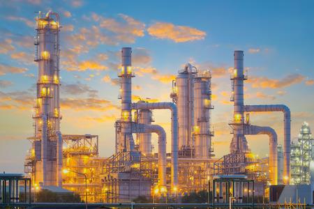 destilacion: Fábrica de refinería de petróleo en el crepúsculo.