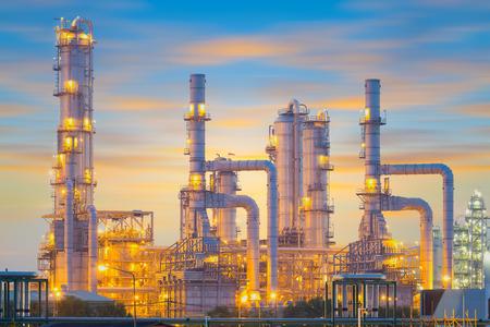 refinería de petróleo: Fábrica de refinería de petróleo en el crepúsculo.