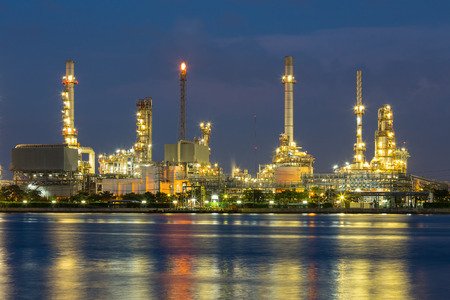 paesaggio industriale: Raffineria di petrolio si riflette sul fiume al tramonto. Archivio Fotografico