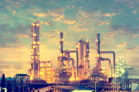 distillation: Tanque de destilaci�n de la planta de refiner�a de petr�leo, la hora del crep�sculo. Foto de archivo