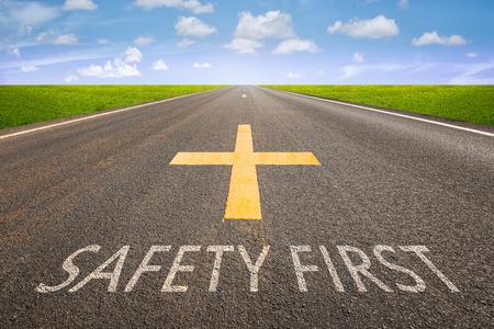 se�ales de seguridad: Perspectiva de la carretera de asfalto con la seguridad en primer texto. Foto de archivo