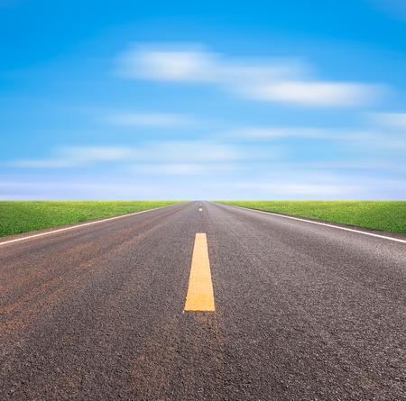 bonne aventure: Perspective de route goudronnée avec le ciel bleu.