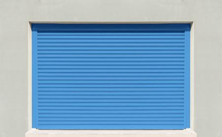 portada: obturador puerta o la puerta del balanceo, de color azul.