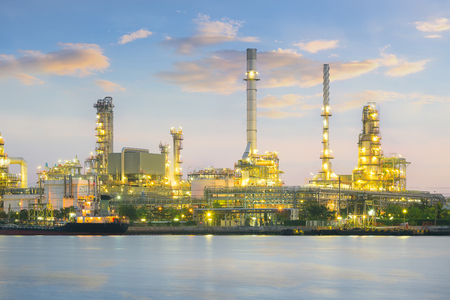 paesaggio industriale: Oil refinery at twilight with sky background.