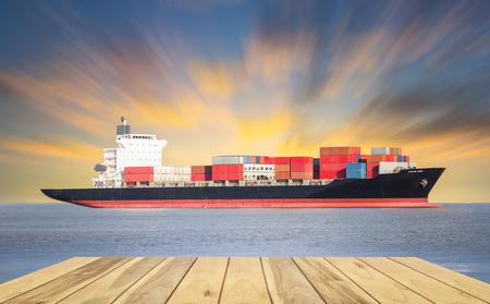 貨物船と海と空を背景に貨物コンテナー。