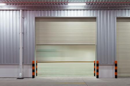 anuncio publicitario: obturador puerta exterior del edificio, de color beige. Foto de archivo