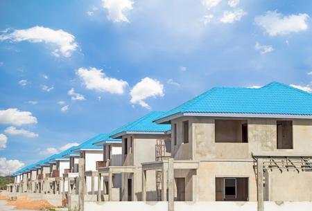 De bouw van woningen met hemel achtergrond.