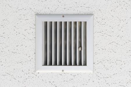 天井下のエアコン システムのグリル。