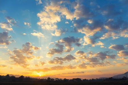 Alba e nube in cielo per sfondo. Archivio Fotografico - 70305789