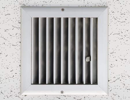 Grille of air conditioner system under ceiling. Foto de archivo