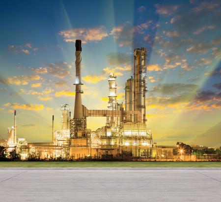 destilacion: Fábrica de la refinería de petróleo y pavimento concreto en el crepúsculo con el fondo del cielo. Foto de archivo