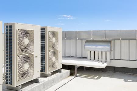 하늘을 배경으로 지붕 갑판에 에어컨 시스템의 공기 압축기 기계 부품.