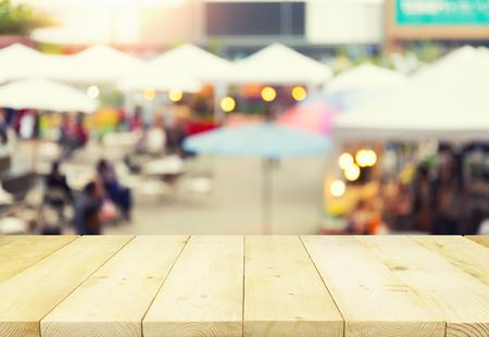 背景の木のテーブル トップと食品展示フェア モンタージュ写真がぼけてます。