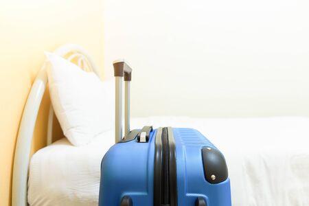 Bed en bagage in hotelkamer.