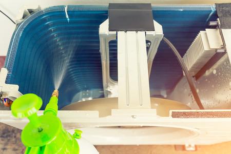 bobina: Compresor de aire parte del sistema de aire acondicionado y el trabajo de limpieza.