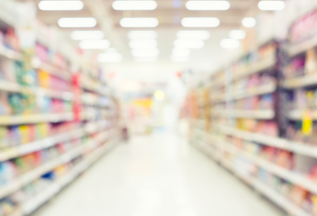 Blurred photo of aisle and shelf in supermarket for background. Zdjęcie Seryjne - 77571025
