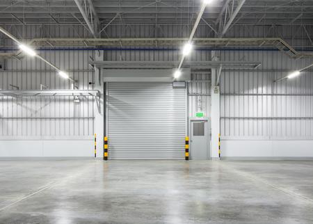 Porta a battente del rullo e pavimento in cemento all'interno dell'edificio di fabbrica per industy background. Archivio Fotografico - 80510647