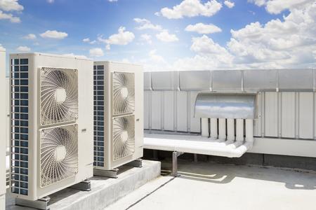 空の背景屋根のデッキにエアコン システムの空気圧縮機機械部品。