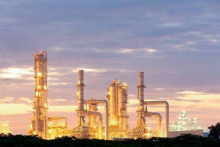 Usine de raffinerie de pétrole au crépuscule avec fond de ciel.