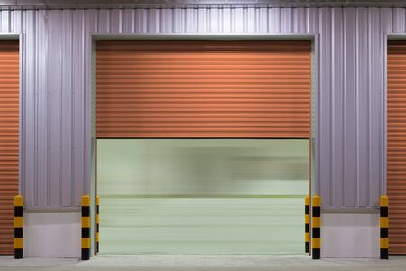 Porte d'obturation ou porte roulante et sol en béton à l'extérieur du bâtiment d'usine utilisé pour l'arrière-plan industriel. Banque d'images
