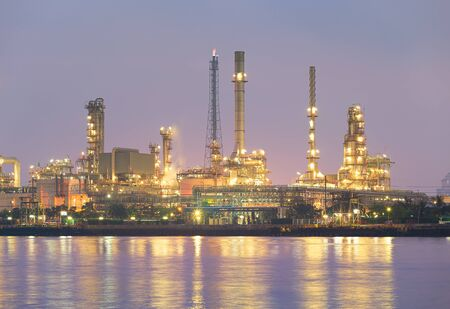 Usine de raffinerie de pétrole au travail de traitement au crépuscule Banque d'images