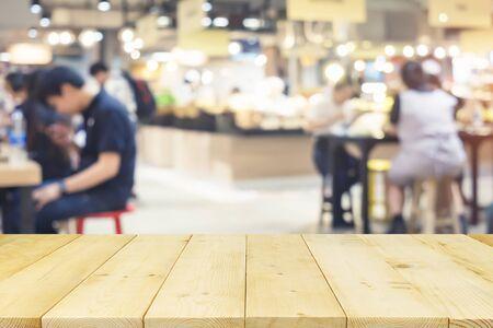 Montage du centre alimentaire avec plateau en bois adapté à l'affichage et à l'arrière-plan du produit.