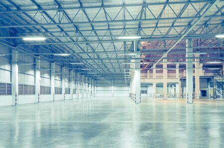 Utilisation d'usine vide pour l'arrière-plan, scène de nuit.