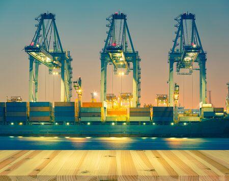 Conteneur de déchargement de cargo au port, heure du crépuscule.